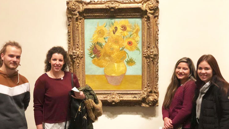 The au pairs saw famous works at the museum.