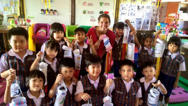 Young Thai students loved doing arts and crafts!