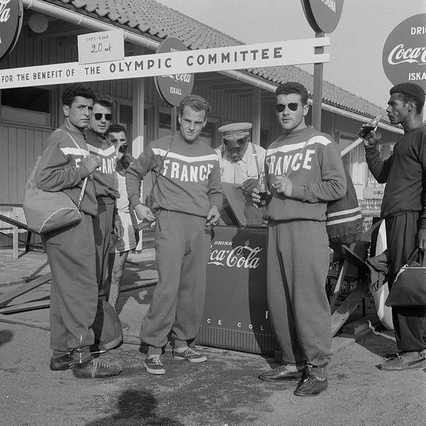 coca_cola_drinkende_deelnemers_olympische_spelen_ 1952